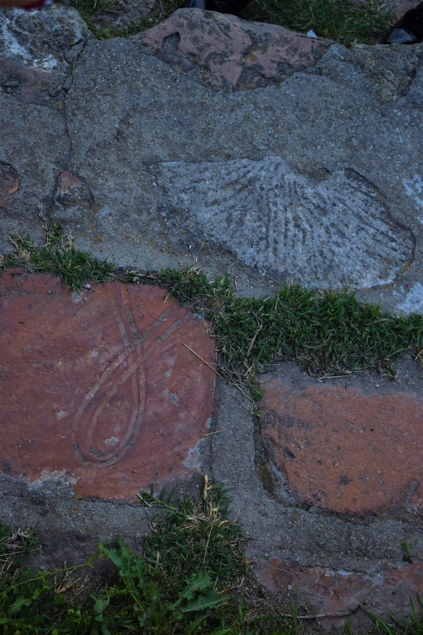 Lespezi din cărămidă cu simbol creștin